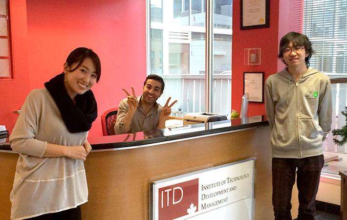 ITDの気さくなスタッフとChan_gami氏。困ったことや、やってみたい事があれば気軽に相談できます。