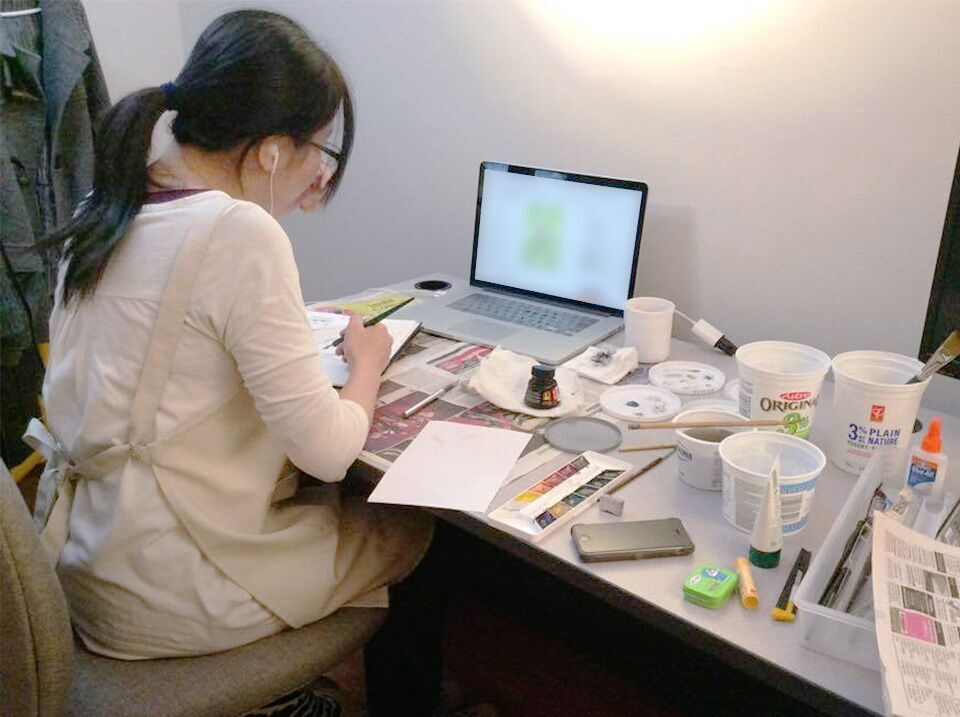 Frog Houseにて作業するAkiさん