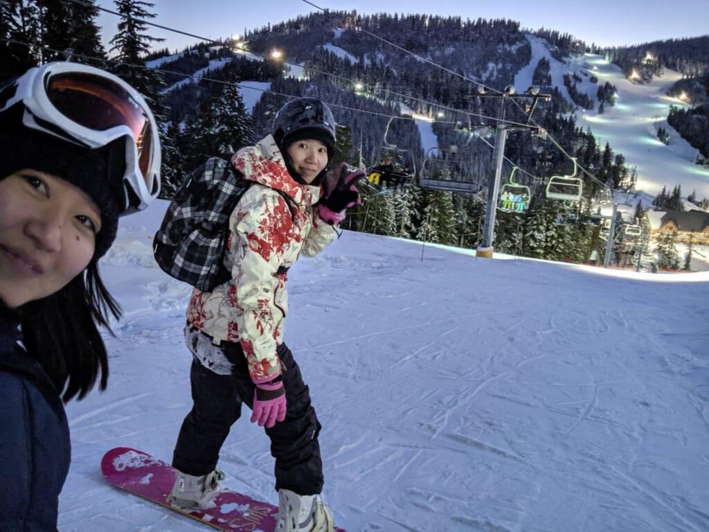 同僚たちとCypress Mountainでスノーボードを楽しむSayakaさん